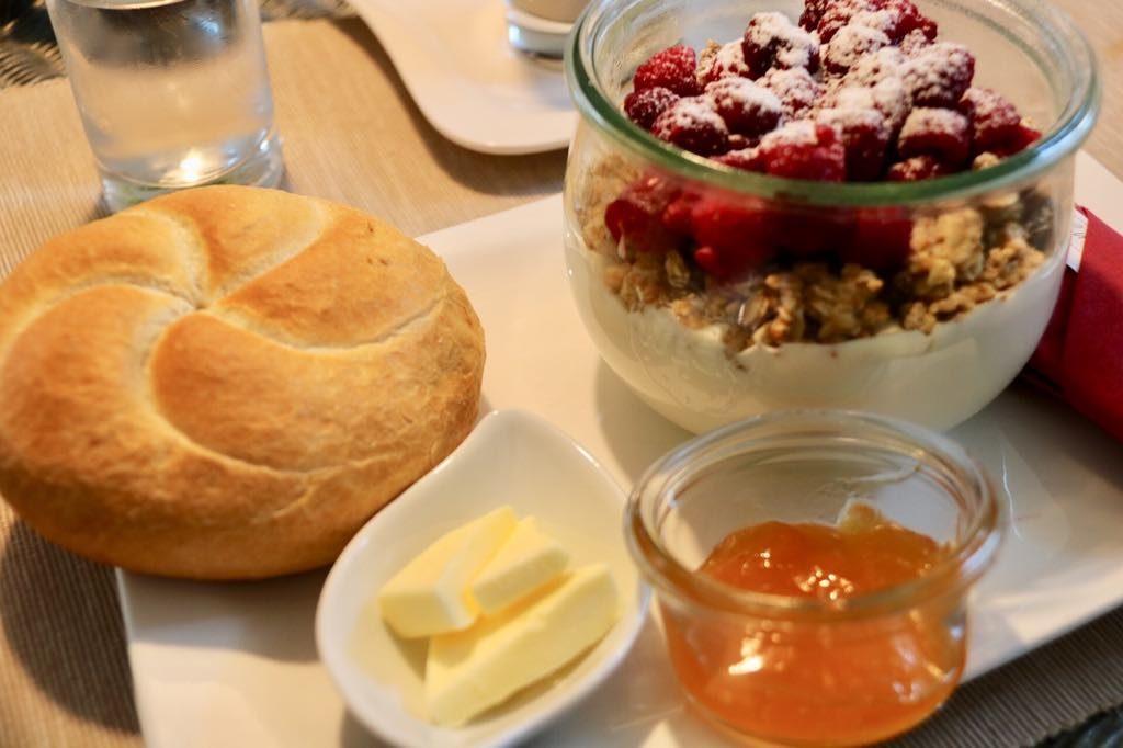 semmel und Butter Frühstück