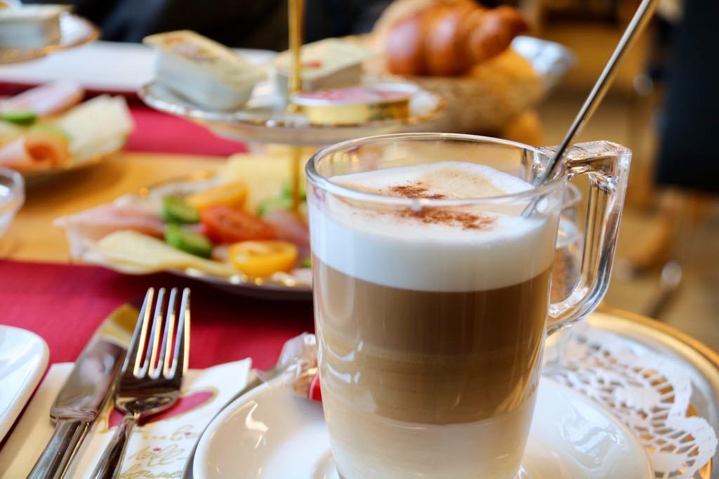 Frühstück in Schruns Café
